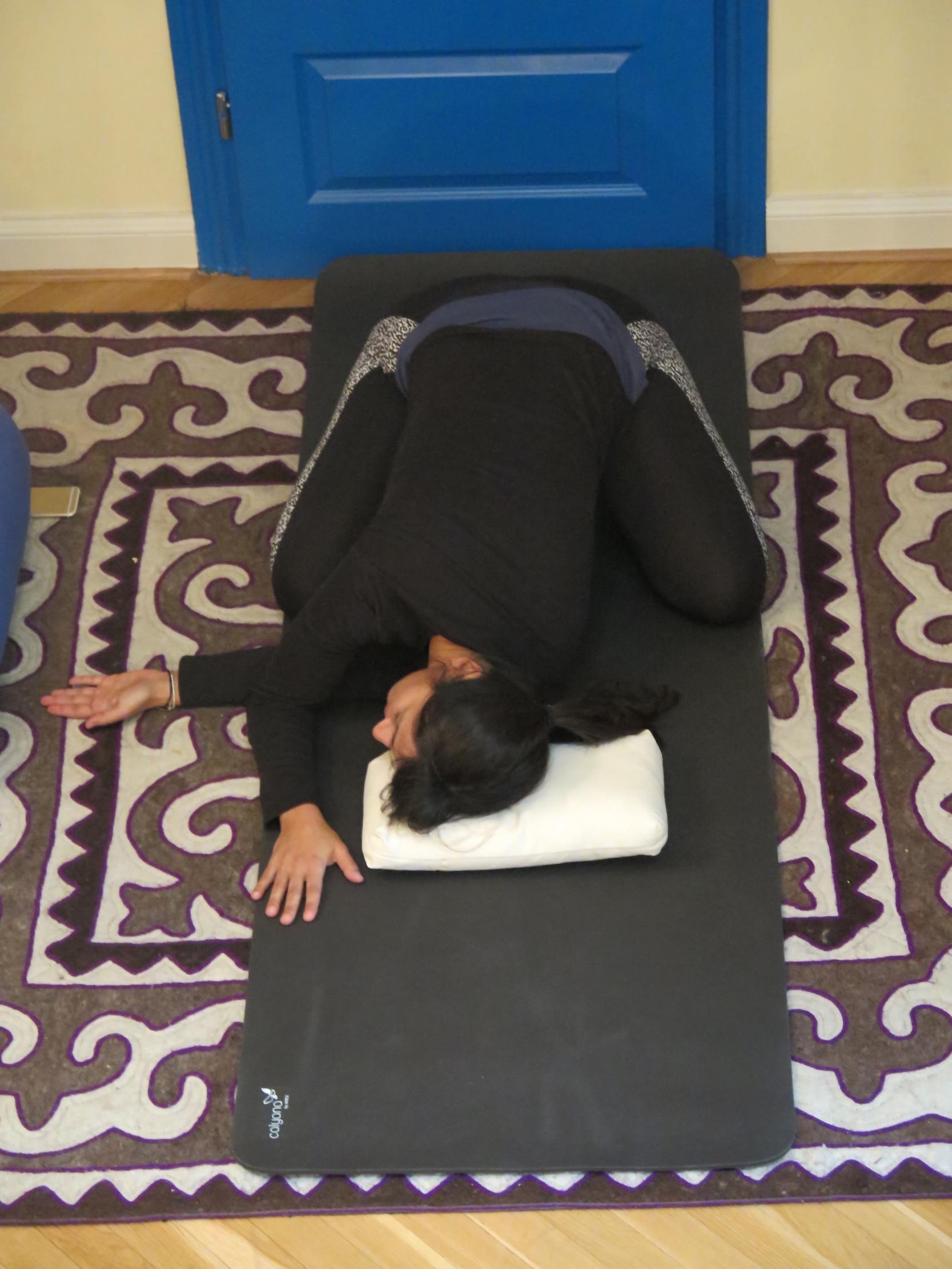 Restorative Yoga Pose-Kindspose mit Twist